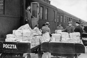 Барановичи, Выгрузка газет на вокзале