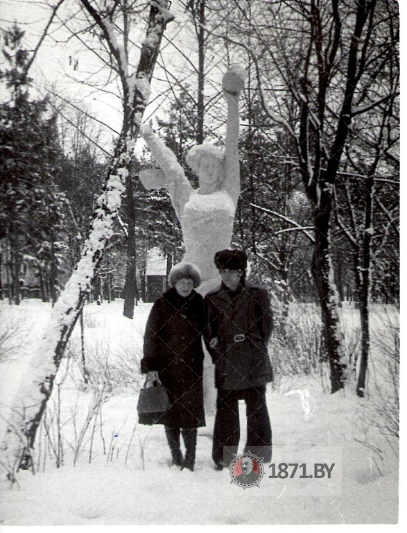 Скульптура «Женщина со спутником»