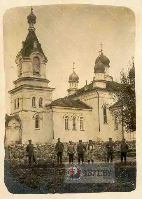 Групповое фото на фоне церкви в Молчади начала ХХ века