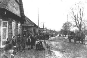 Вид улицы в Молчади с местным населением 1943 год