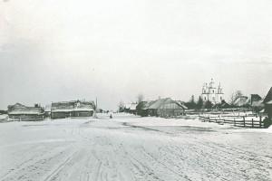 Зимняя улица в Столовичах с видом на Свято-Успенскую церковь 1899 год