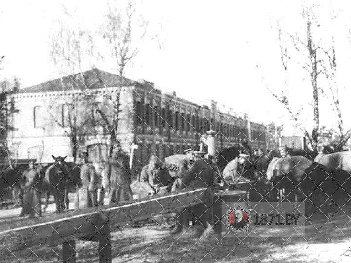 Солдаты лейб-гвардии Гусарского полка у цейхгауза. Фото осень 1914 года.