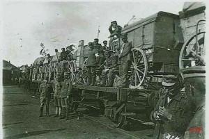 Немецкие солдаты у железнодорожного состава. Фото июнь 1917 года