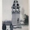 Немецкие офицеры на фоне часовни на территории плаца железнодорожной бригады