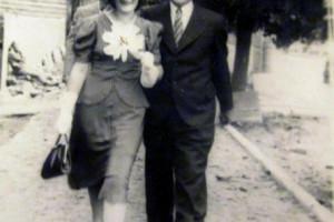 Супруги Ринкевич, идущие по улице Нарутовича (Комсомольская), в костел.