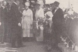 Комитет «Хлеб голодным детям» со старостой пани Кветинской, приветствуют Президента на вокзале. Барановичи, 1924