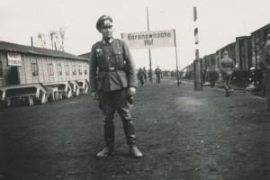 Немецкий офицер на вокзале Барановичи