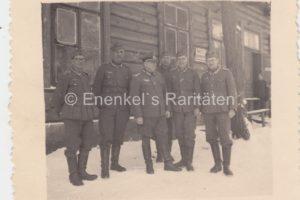 Немецкие солдаты и офицер в военном лагере