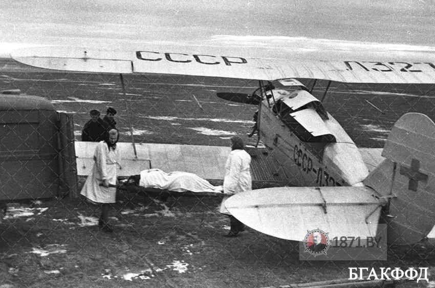 Врачи Барановичской областной санавиастанции отправляют самолетом больного Климовича в областную клинику