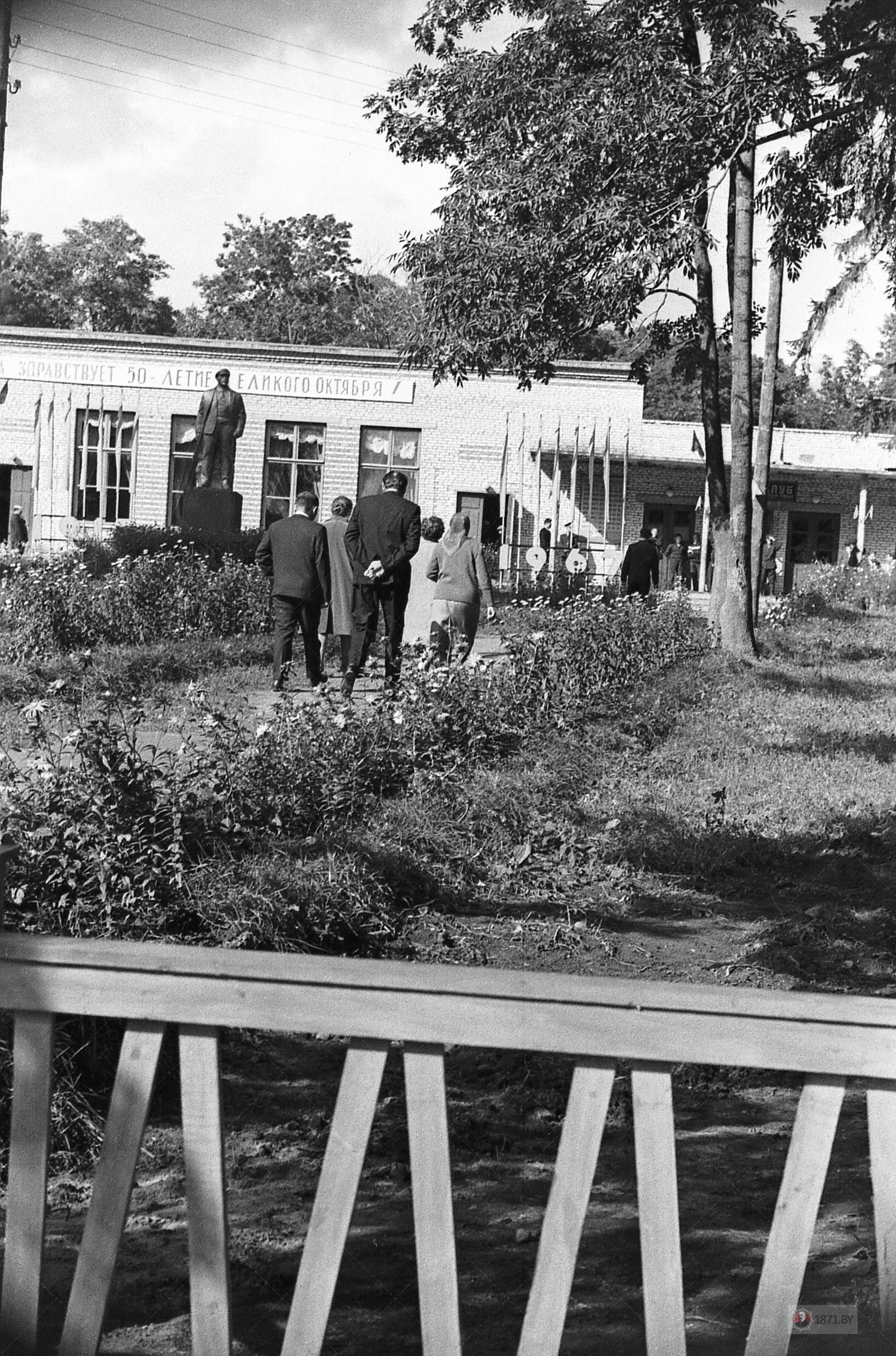 08. Колхозный клуб в деревне Крошин.