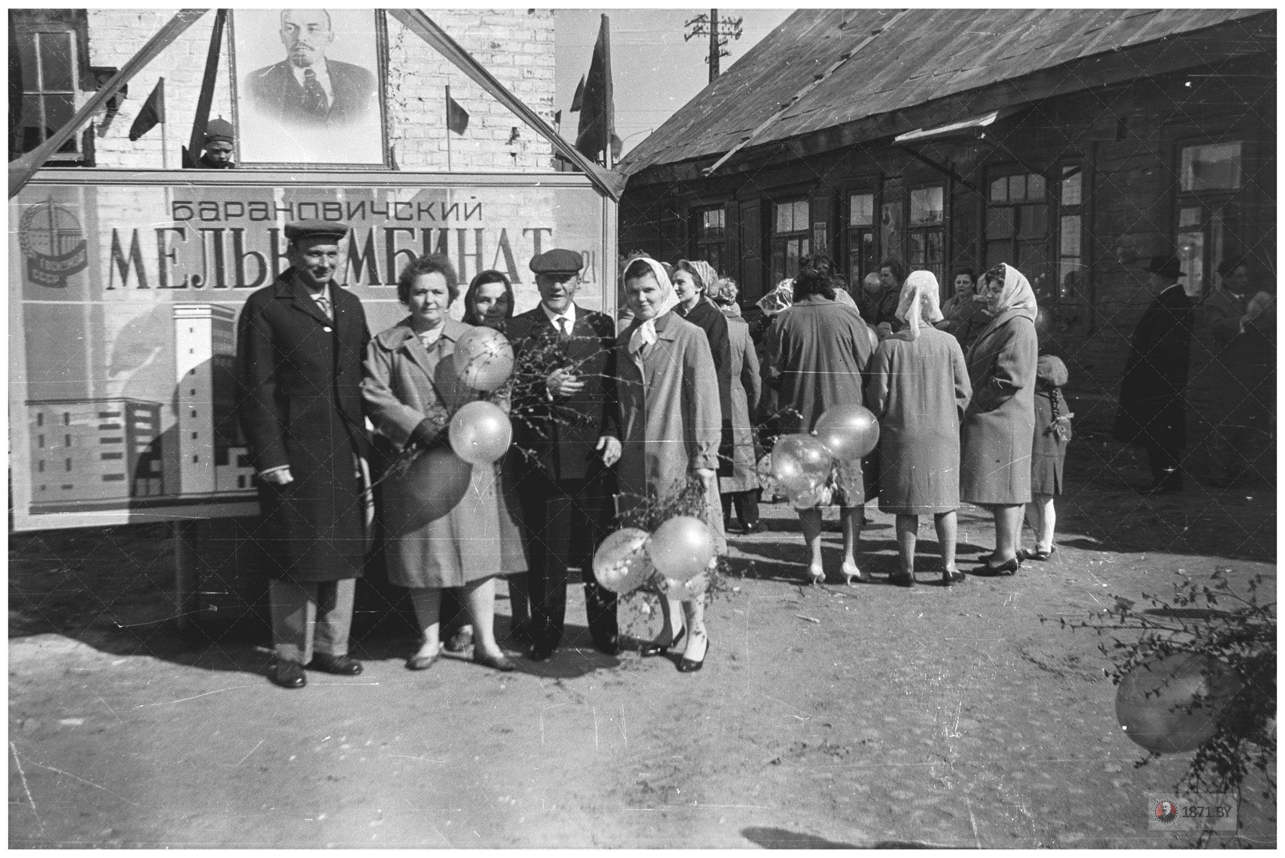 Работники Барановичского мелькомбината у проходной