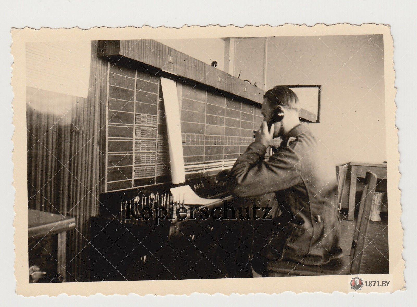 Foto 2. Wk Luftwaffe Soldat auf Vermittlungsstelle in Baranowicze Baranawitschy22
