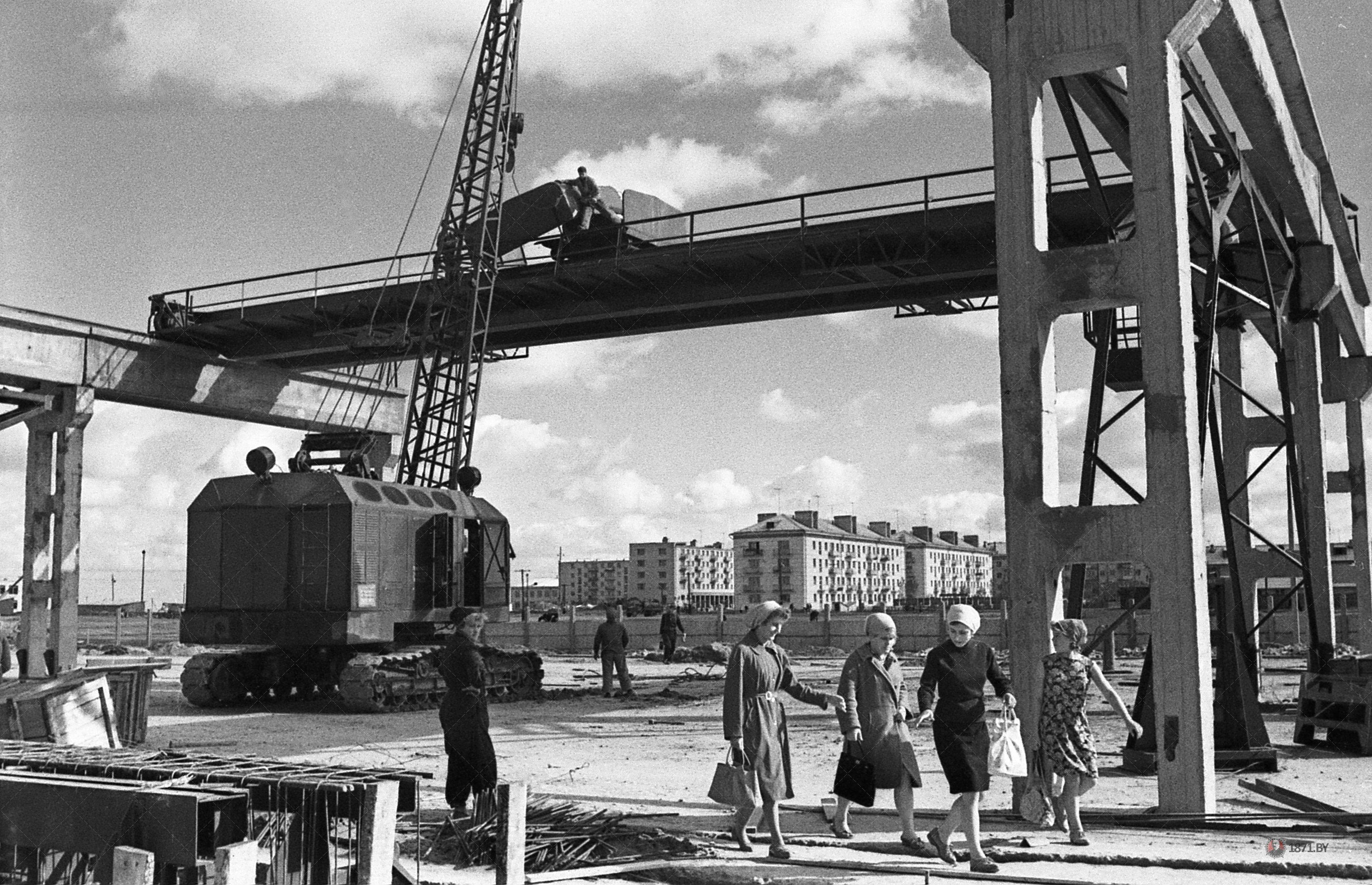 1963 год. Завод ЖБИ работает и строится. Идет монтаж кранов на складе готовой продукции.