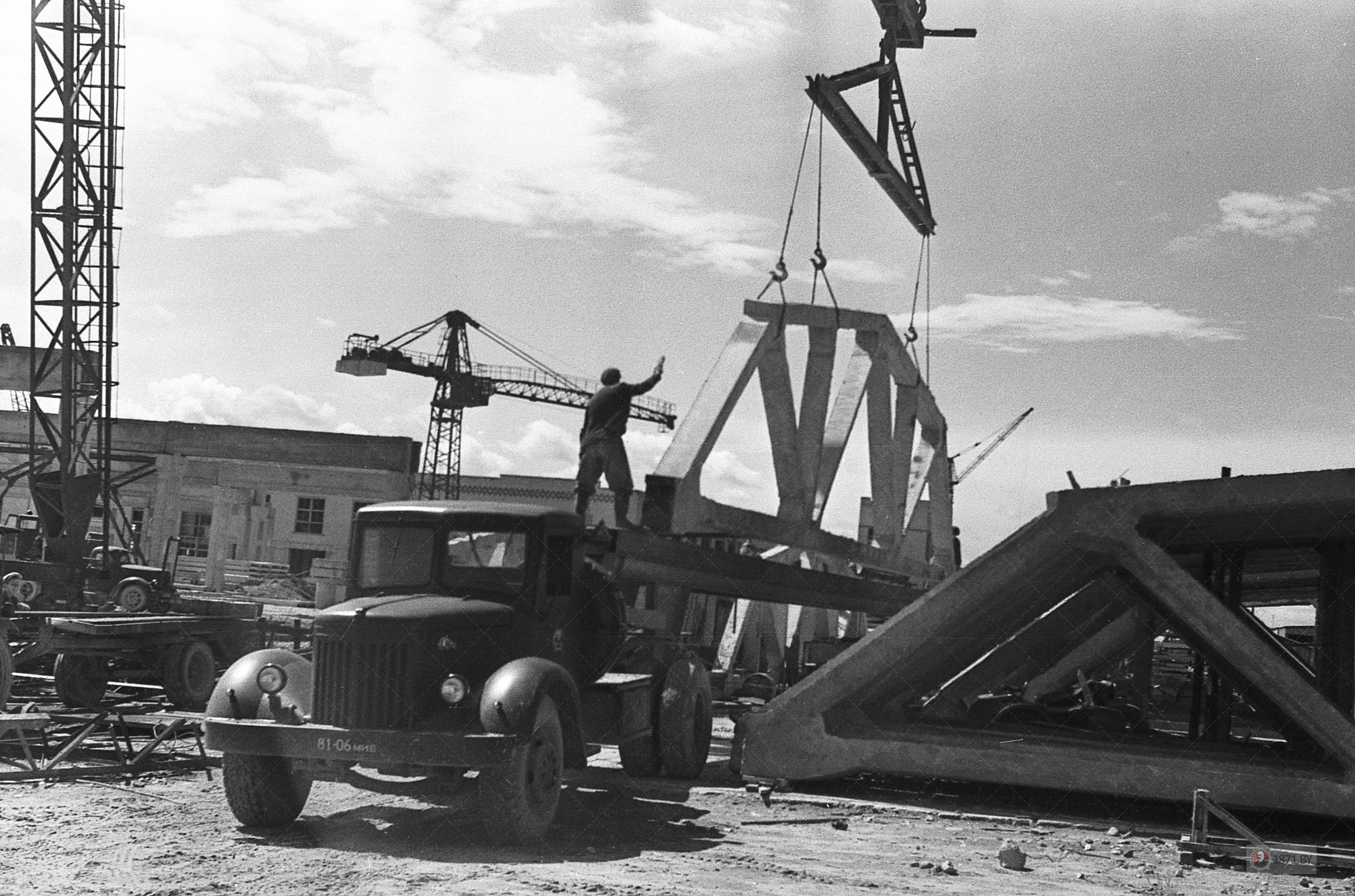 1964 год. Предприятие обеспечивает поставки сложных конструкций на сооружение хлопчатобумажного комбината.