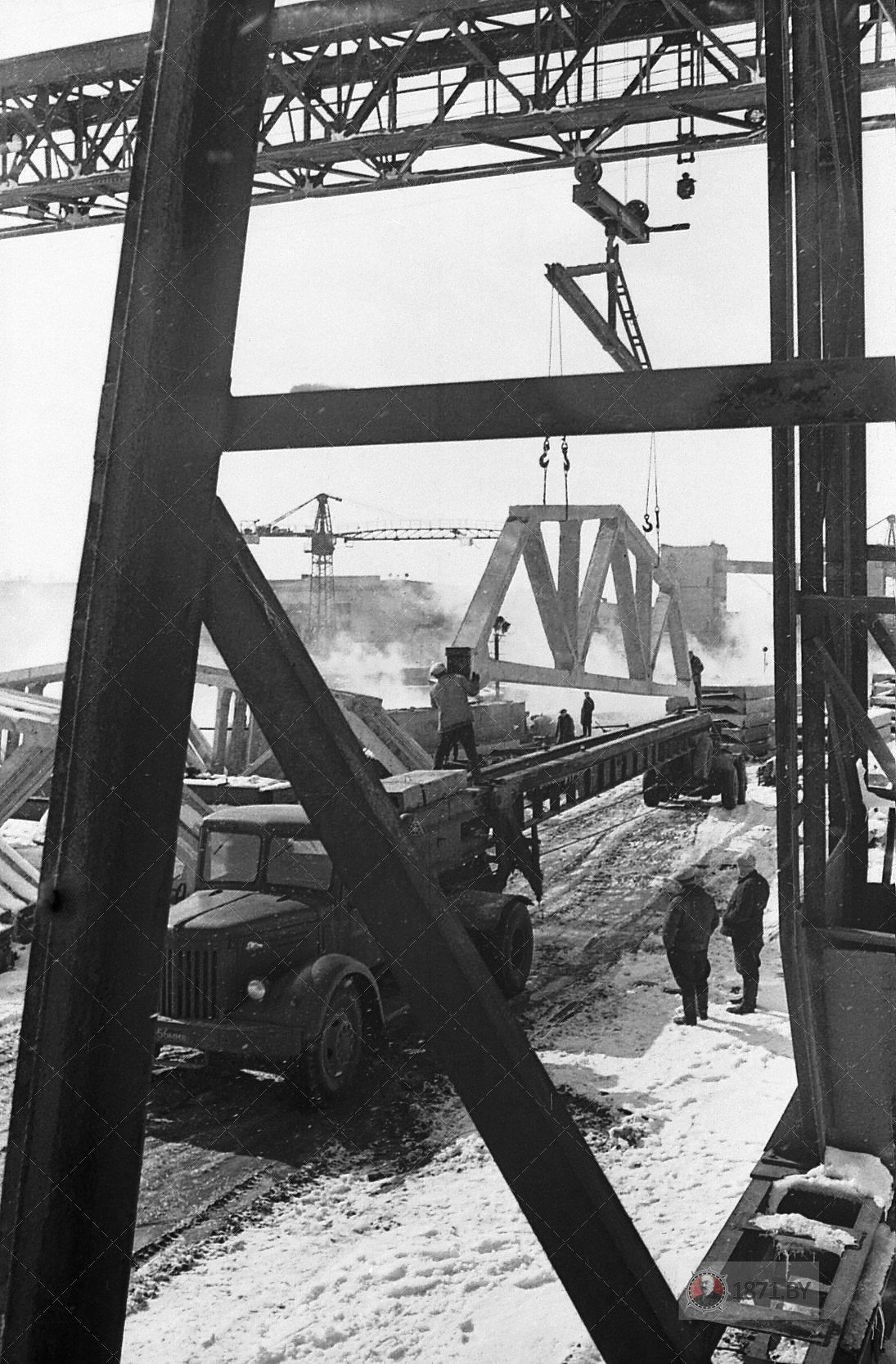 1966 год. Идет отгрузка ферм для сельских новостроек республики.