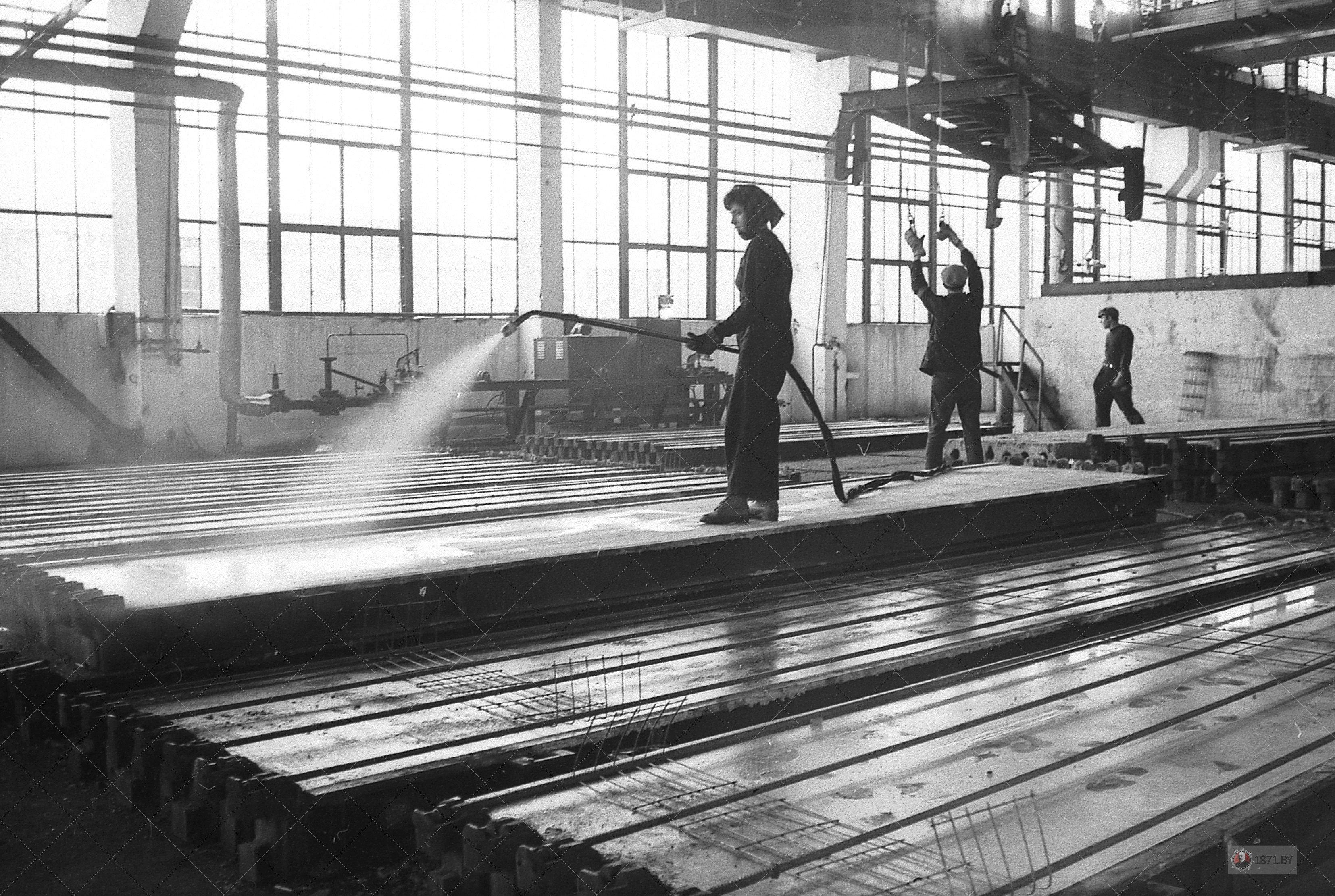 1970 год. В формовочном цехе изготовления плит покрытия.
