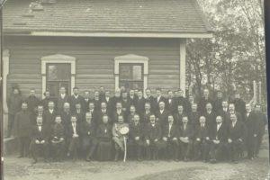 Групповой портрет рабочих и служащих железнодорожных мастерских города Барановичи