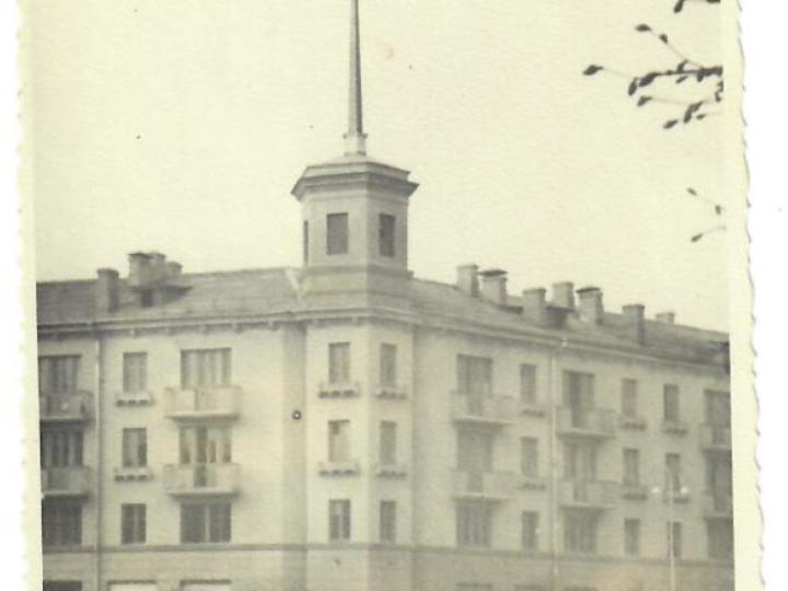 Шпиль с часами на площади Ленина