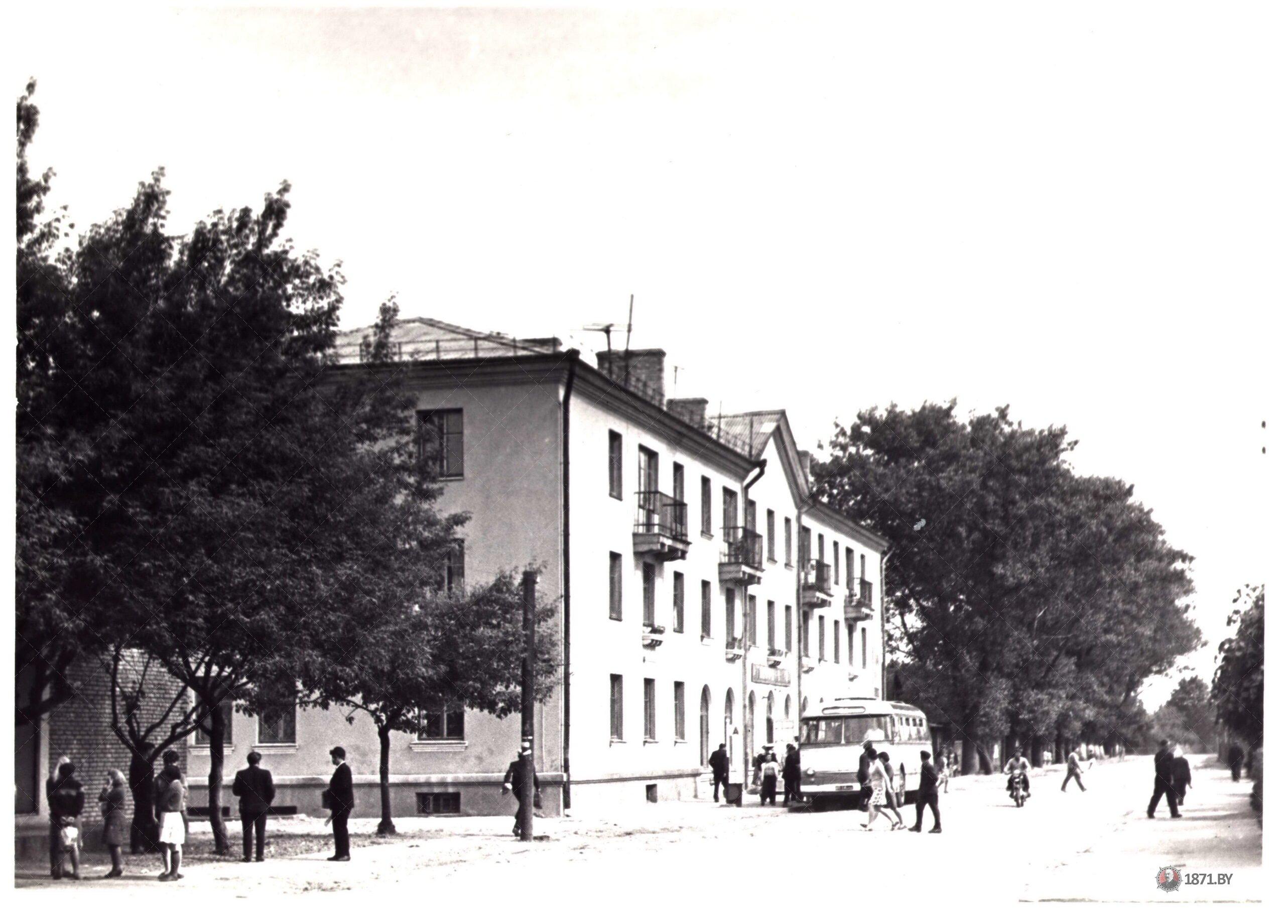 Гастроном в г. Барановичи напротив Полесского вокзала.