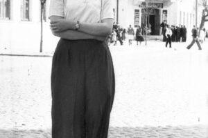"""Девушка на улице Комсомольской. За спиной гостиница """"Комсомольская"""" (сегодня """"Отель Мариинский"""")."""
