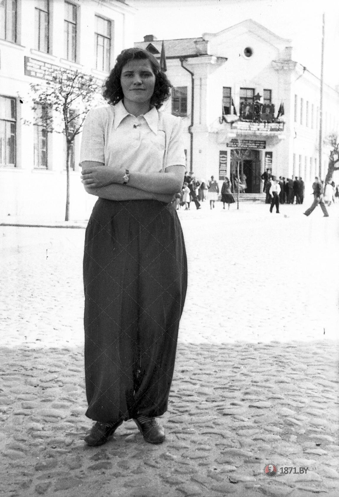 Девушка на улице Комсомольской. За спиной гостиница