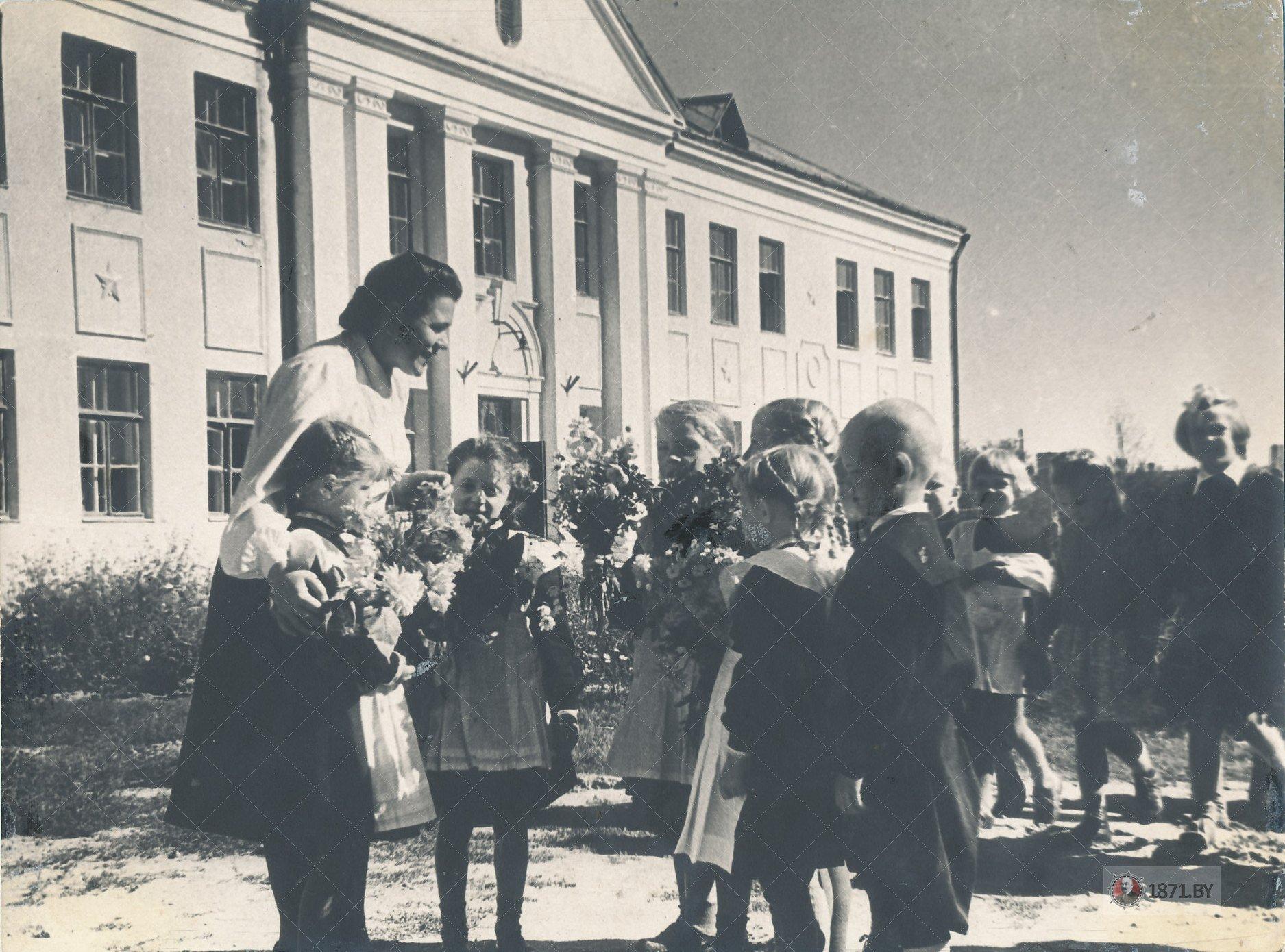 Начало учебного во 2-й железнодорожной школе. 1952г., г. Барановичи
